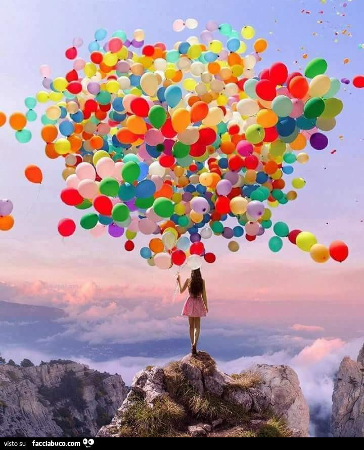 Ragazza con centinaia di palloncini sulla montagna - Immagine con palloncini ...