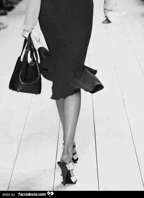 Sfilando con tacchi alti, gonna e borsa - Facciabuco.com